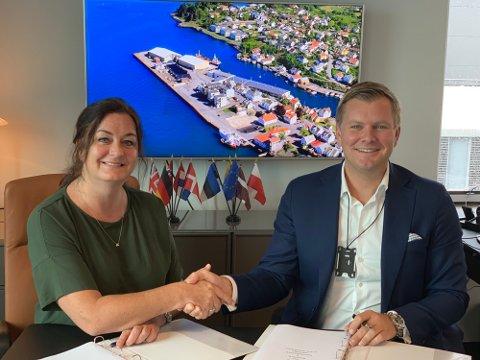 SALGET I BOKS: Havnedirektør Tore Gautesen tar daglig leder i Karmsund Maritime Group, Ann Helen Hystad, i hånda etter å ha signert salgskontrakten for Kopervik Havn.