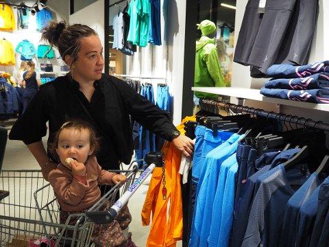 TIDLIG UTE: Veronica Sletten og datteren Eira var blant de første kundene da Norrøna åpnet dørene torsdag formiddag.