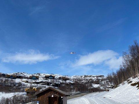 PÅ HAUKELI: Lørdag ettermiddag var dette helikopteret og Luftambulansen på Haukelifjell skisenter.