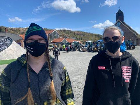 OPPRØRTE SØSTRE: Søstrene Elin Johanne Lie (22) og Stine Lie Nilsen (25) møtte opp i Aksdal på markeringen tirsdag. - Jeg drømmer om å leve av å være bonde, sier Lie.