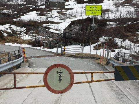 STENGT: Veien var åpen en ukes tid, før snøvær og påfølgende mildvær gjorde at det ble stengt igjen. Vegvesenet håper å åpne onsdag, men er ikke sikre.