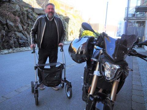 UVANLIG KOMBINASJON: Lars Egeland er avhengig av å bruke rullatoren for å komme seg på motorsykkeltur.