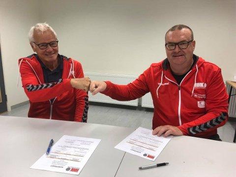 SIGNERTE: Styreleder Johan Rokstad (t.v) og HHKs nye trener Jesper Gøran Svensson.