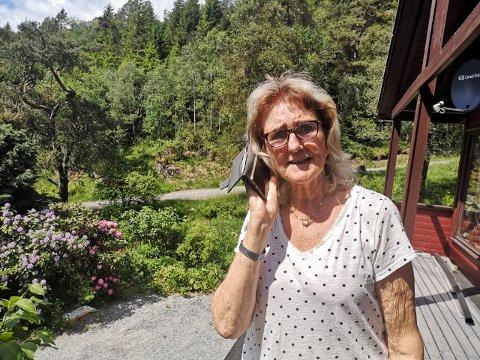 BERRE FRÅ TERRASSEN: Anne-Ma Eidhammer på Fikse, like ved E134, kan berre snakka i mobilen frå ein bestemt stad på terrassen. Heile nabolaget slit med elendig mobildekning.