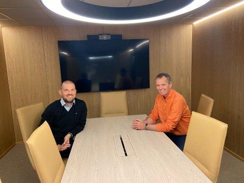 FORNØYD: Jarle Torvestad (38) (t.v.) og Kjetil Alvheim (52) er fornøyde med det splitter nye møterommet. Nå snur de nesen mot boligmarkedet på Østlandet.