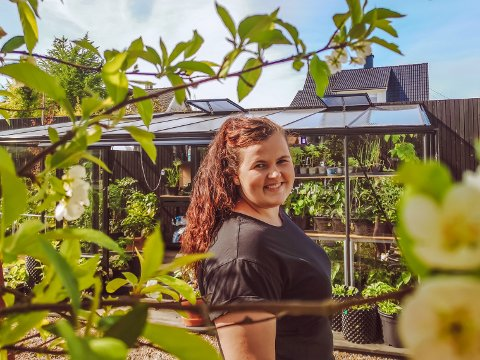ALL LEDIG TID HER: Amanda Olsen stortrives med å være i hagen og drivhuset sitt. - Det er en altoppslukende hobby og jeg kan ikke huske sist jeg så på TV, forteller hun.