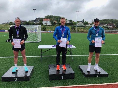 VANT HERREKLASSEN (12,5 KM): Tom Erik Karlsen vant herreklassen på ny løyperekord under Tysværtrimmen 2021. Fredrik Deilkås (t.v.) ble nummer to og Espen Helgeland nummer tre.