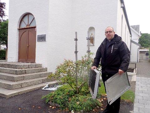– SKUMMELT: Sokneprest Pawel Piotr Wiech ved St. Josefs kirke i Haugesund sier det var skummelt å være vitne til den store gjengen med ungdommer som gikk løs på informasjonstavlen utenfor kirken.