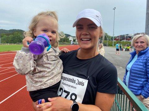 SNART STORESØSTER: Neah (snart to år) sammen med sin spreke mamma Ina Isotalo, som imponerte i Haugesunds Avis halvmaraton - med baby i magen.