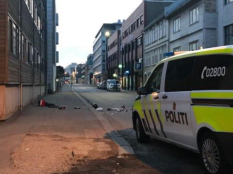 I GATA: Eiendeler og inventar lå i Strandgata etter mannen gikk amok tirsdag kveld.