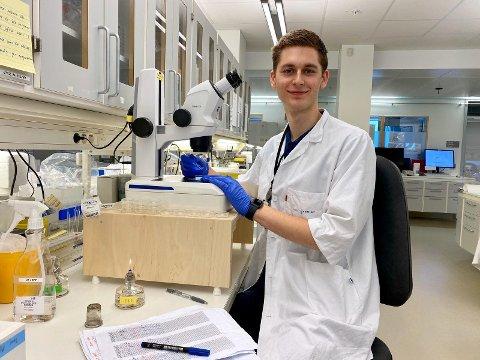 SPENNENDE SOMMERJOBB: Bjørn Olaisen har sommerjobb på laboratorium.