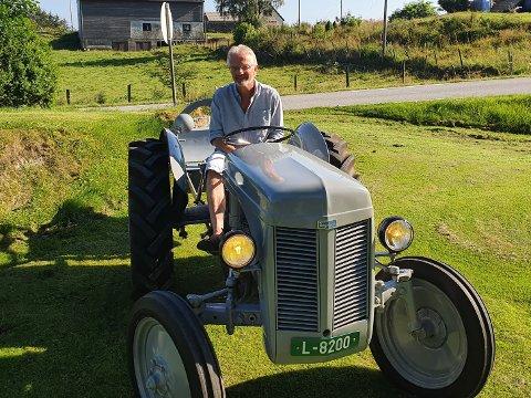 GJENFORENT: Geir Ståle Håland kan sitte fornøyd på traktoren som hans far først kjøpte i 1947.