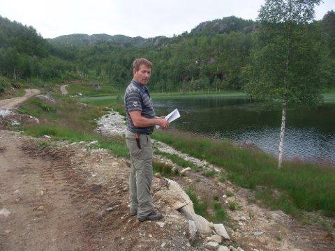 VEGBYGGER: På eiendommen til Jarle Tveit i Suldal, mener Statsforvalteren at han bygget en ulovlig veg.