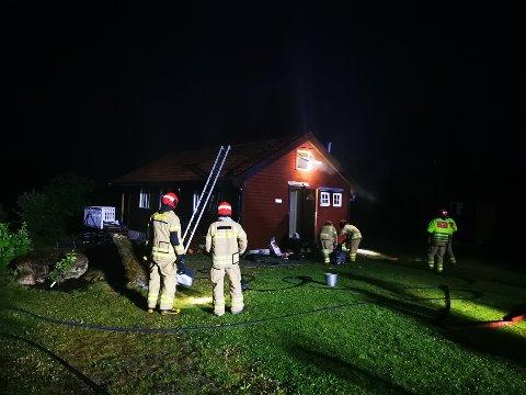 RYKKET UT: Brannvesenet ved hytta i Tysvær i natt.