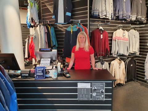 LITE TURISTER: Agnieszka Batkiewicz kan fortelle om vanskelige tider i suvenir-butikken.