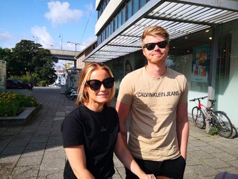 ØNSKER REGULERINGER: Småbarnsforeldrene Roy Skår Reiersen og Oda Skår Olsen synes det er greit om el-sparkesyklene kommer til byen. Men ser helst at det først kommer på plass reguleringer på forhånd.
