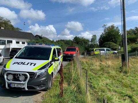 PÅ STEDET: Nødetatene rykket ut til Sveio tirsdag formiddag etter melding om en brann i et bolighus.