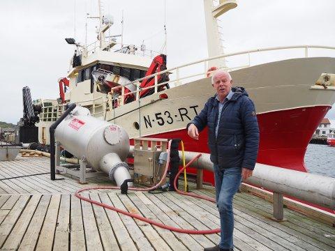 JOBBER DER DET TRENGS: I den hektiske vintersesongen jobber Osvald Engedal på kaien ved fiskeribedriften deres på Røst.