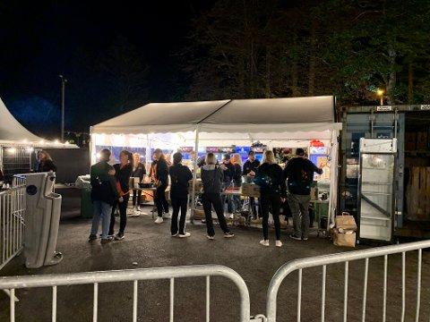 SERVERING: Gjengen med frivillige som skulle levere drikke til publikum, fikk kjørt seg første festivaldag.
