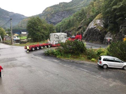 LASTA UNDERVEGS: Her køyrer den 32 meter lange transporten av ein transformator frå Fjæra kai til Røldal ut på E 134 litt før klokka 10.30 i dag. Transporten var berekna til å ta tre timar. (Foto: Privat).