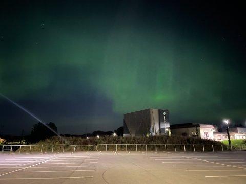 IDRETTSPARKEN: – Fantastisk Nordlys over byen vår, sier fotografen som har delt sitt bilde med leserne.