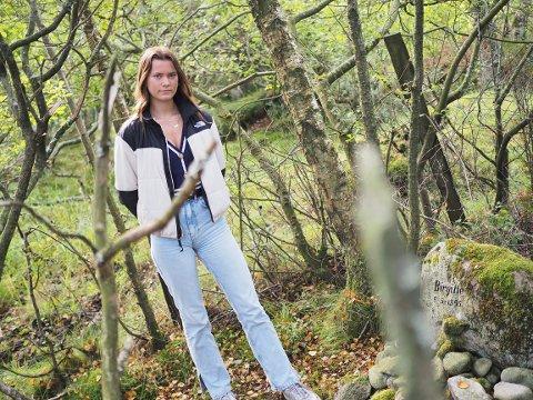 MINNESTEIN: Marlene Hop Pedersen (17) besøkte Birgitte Tengs' minnestein fredag.