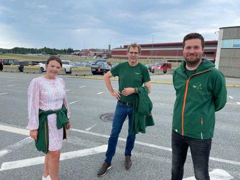 INNE: Senterpartiets toppkandidater Lisa Marie Ness Klungeland (2), Tor Inge Eidesen (3) og Geir Pollestad (1) her foran Hydros anlegg på Karmøy