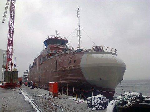 Den nye ferga på Tjøtta-Forvik-sambandet er nå sjøsatt og klar for å fraktes til Norge. Dette bildet ble tatt ved verftskaien i Tyrkia.
