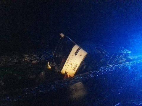 Slik lå bussen etter av den kjørte av veien ved Hjartlandskrysset i Leirfjord. mms-foto: Leif Tore Steiro Tanke