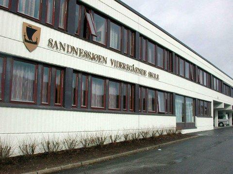 Politiet har startet etterforskning av netthets mot lærere og elever ved Sandnessjøen videregående skole.