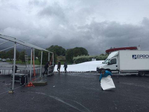 Flyyter inn: På grunn av vind og regn, må festivalen på Nesna flytte inn.