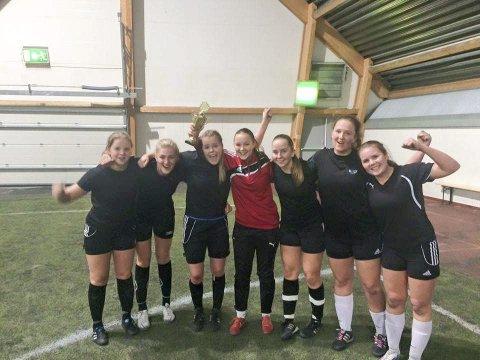 Julecupen i Sandnessjøen 2015. (t.v.). I finalen i dameklassen var Underdogs helt suveren mot Real Omgang.  Foto: Jan Ove Styve