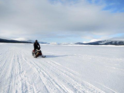 Endeløse vidder: På snøscooter gjennom Norge, Sverige og Finland med Ronald Johnsen og gjengen hans i Sapmi Tour. De startet i 2007 og har hvert år tatt seg en tur nordover. I år slår de til med den lengste noensinne, og havner til slutt i Kirkenes der de skal gå om bord på hurtigruta og reise med den tilbake.alle foto: privat
