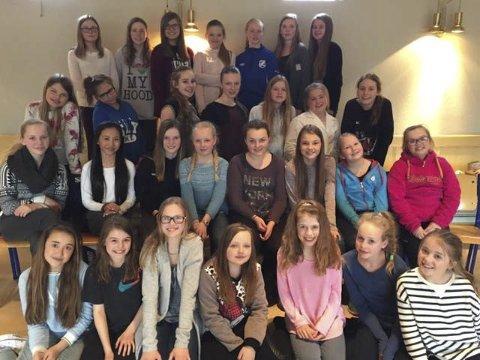 På besøk: Jentene i Bode domkirkes jentekor kommer på besøk.