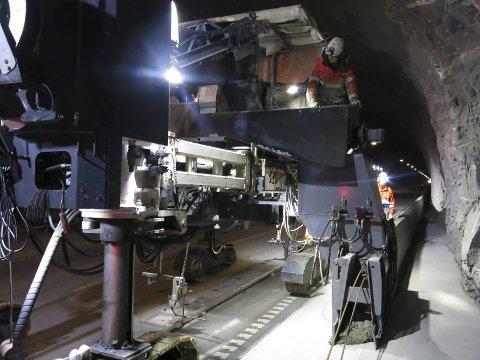 IKKE FERDIG: Arbeidet med å oppgradere Korgfjelltunnelen er ikke ferdig, men Statens vegvesen åpner opp for trafikk igjen som planlagt fra 14. oktober. Foto: Statens vegvesen