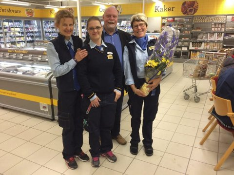 Nyåpning: Gunnhild Nordnes, Bente Storrø og Arnhild Skill på Coop Prix Leirfjord, fikk torsdag blomster av salgssjef i Helgelendingen, Roy Lasse Leknes.