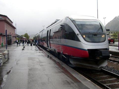 Tog inne på Mosjøen stasjon