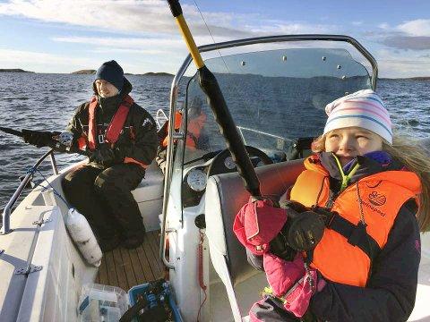 Fiskestang på kroken: Mathea (10) trodde det var slutt på fiskinga da stanga glapp på fisketuren hun var på  sammen med broren Tobias (12), pappa Jørn Harris og morfar Birger Norø. Men pappaen fikk napp, og det viste seg å være en uvanlig fangst som kom opp av havet utenfor Vennesund. Foto: Birger Norø
