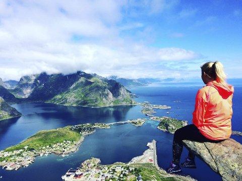 Ukens vinner: Malin på toppen av Reinebringen i Lofoten. Fotograf: Håkon Stenersen.