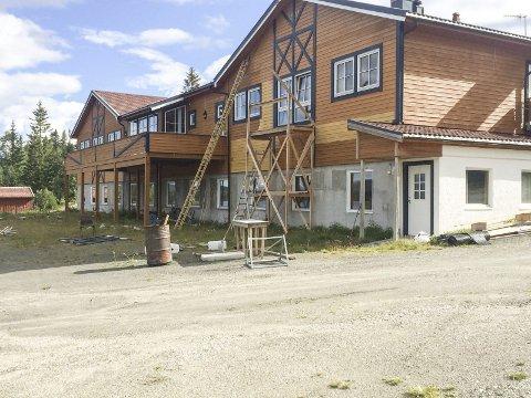 PUSSER OPP: I sommer har det for første gang på flere år vært aktivitet på gamle Majavatn Hotell. De nye eierne satser på at utbyggingen av E6 skal fylle sengeplassene de neste årene. Foto: Vegard Olsen