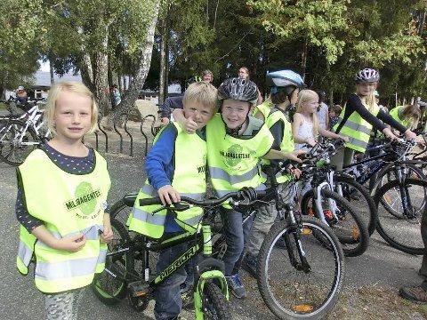 Klar: Elever på Ås skole gjør seg klar for å ta bein og sykkel fatt. Foto: Siri Gilbert