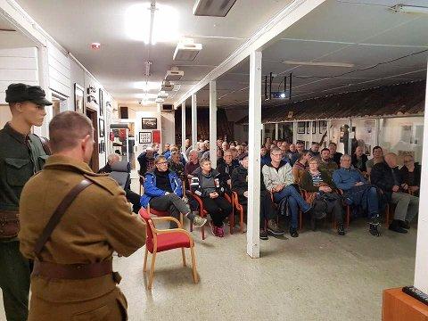 FOLKSOMT: Oskar Fagervik (med ryggen til) konstaterer at 80 personer møtte opp for å få informasjon om felttoget på Helgeland.