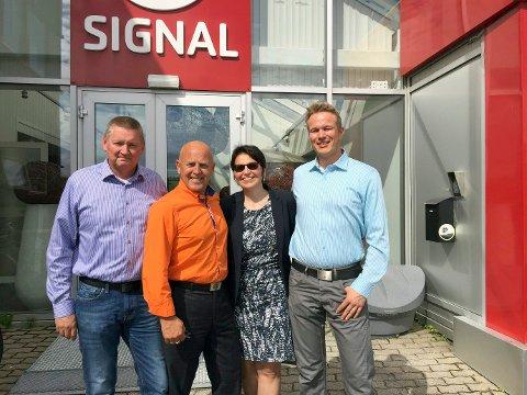 Frank Hagen (til venstre) var administrerende direktør for Noraxess frem til de ble kjøpt opp av Signal i fjor, og er den som tjente mest i Vefsn i fjor. Her sammen med adm.direktør i Signal Hans Larsen, økonomidirektør i Lyse telefiberinvest Ingeborg Ådnanes, og teknisk sjef i Noraxess, Thomas Hagfors.