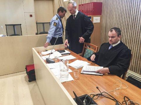 I retten: Statsadvokat Erik Thronæs (i midten) sammen med politiadvokat Jonas Nerdal (t.h) og politioverbetjent Snorre Bogfjellmo. Foto: Rune pedersen