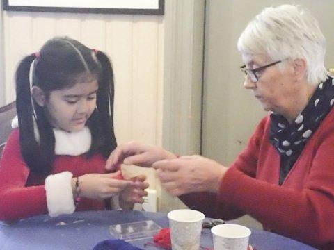 Stasjoner: Barna kunne går fra post til post å lage julepynt av forskjellige råmaterialer.
