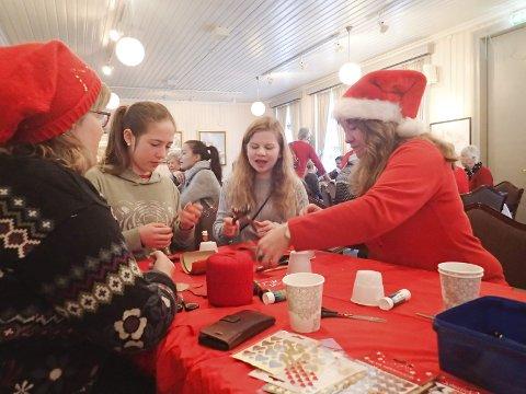 Gammeldags jul: Sjøgata Vel, Husflidslaget, Sjøgata Næring og miljø var blant dem som bidro til at unger og foreldre fikk en hyggelig førjulsopplevelse på Kulturverkstedet.Foto: Privat
