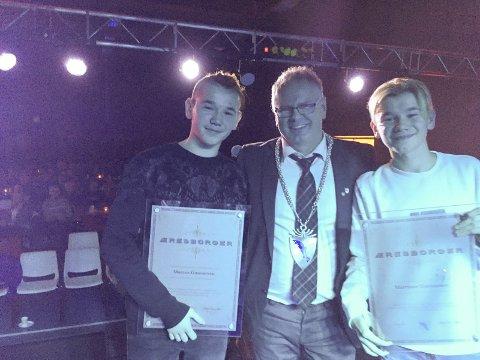 Marcus og Martinus sammen med Grane-ordfører Bjørn Ivar Lamo etter de fikk prisen.