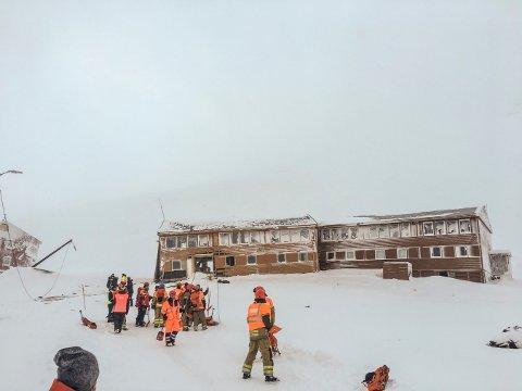 Longyearbyen  20170221. Redningsmannskaper på stedet der et snøskred har gått over vei 228 i Longyearbyen på Svalbard og rammet minst én bygning som ligger nærmest inn mot Sukkertoppen tirsdag. Foto: Stringer / NTB scanpix