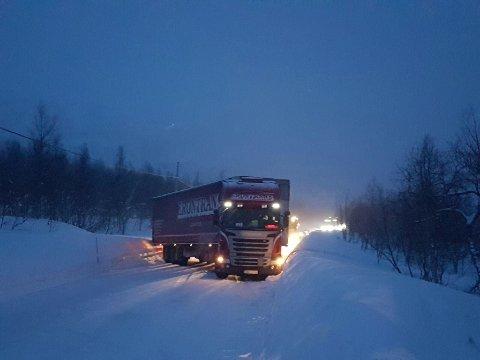 BOM STOPP: Vogntoget sperret for øvrig trafikk på Krutfjellet fredag ettermiddag.