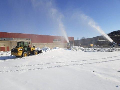 SIKRET: Bysprinten neste uke er sikret med snø fra eget lager. Snøkanonene har vært i drift på Nesbruket i kuldeperioden som har vært. Nå ligger 30 lastebillass snø på lager, og det gjenstår å hente 70 lass på Sjåmoen.  FOTO: Privat